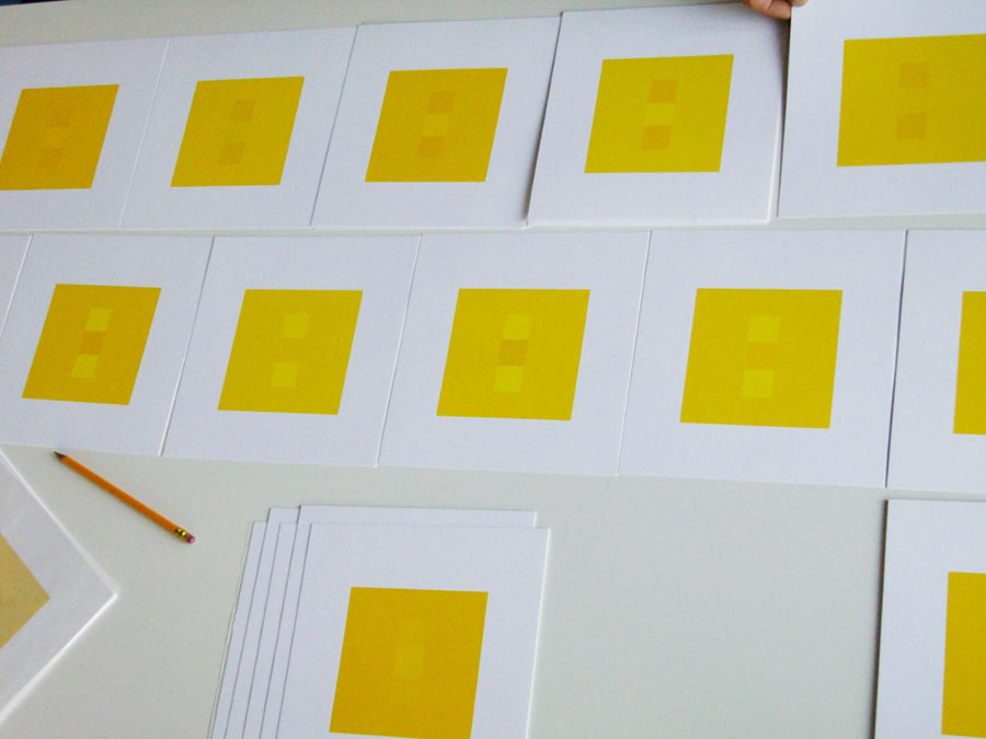 Viele Serigraphien der gleichen Edition von Ulrich liegen nebeneinander